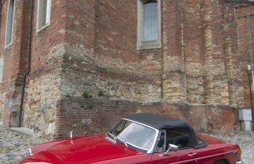 Particolare chiesa ed auto d'epoca